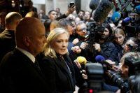 Marine Le Pen, lideresa del Frente Nacional, habla con periodistas afuera de la corte de Lyon, Francia, durante el juicio que se le siguió en 2015 por sus comentarios en los que comparaba a los musulmanes que oraban en las calles con una ocupación extranjera. Laurent Cipriani/Associated Press