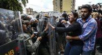 La opositora Amelia Belisario discute con fuerzas de seguridad en Caracas, este jueves. JUAN BARRETO (AFP)