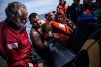 Solicitantes de asilo sirios en su llegada a Grecia. La crisis de los refugiados por la guerra civil de Siria ha estremecido a la política europea. Credit Manu Brabo/Associated Press