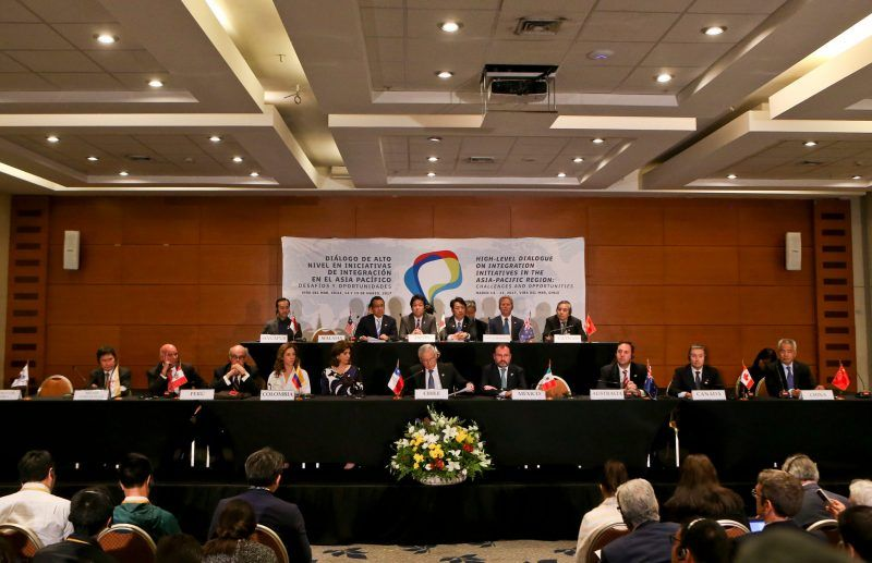Heraldo Muñoz, ministro de relaciones exteriores de Chile, al centro, durante una conferencia de prensa luego de la reunión de la Asociación Transpacífico de Cooperación Económica, en Viña del Mar, Chile. Credit Esteban Felix/Associated Press