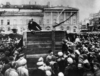 Lenin arengando a tropas del Ejército Rojo que se dirigían al frente polaco en Moscú, en 1920. A la derecha de Lenin, viendo a la cámara, está León Trotski, quien después fue borrado de las copias de esta foto. Credit...Grigory Petrovich Goldstein
