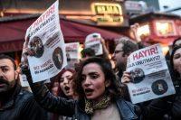 Des partisans du «Non» protestent contre le résultat du référendum au lendemain du vote dans le quartier de Besiktas, à Istanbul le 17 avril 2017. Photo Ozan Kose. AFP