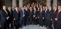 Al centro, con la banda presidencial, el presidente Enrique Peña Nieto en una reunión con gobernadores llevada a cabo en diciembre de 2012.