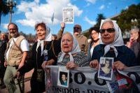 De izquierda a derecha: Taty Almeida, Nora Cortinas y Mirta Acuña de Baravalle, integrantes de las Madres de Plaza de Mayo, en una protesta a fines de abril, en Buenos Aires. Credit Eitan Abramovich/Agence France-Presse -- Getty Images