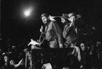 En esta foto del 8 de enero de 1959, Fidel Castro le habla a sus partidarios en la base militar Columbia, hoy conocido como Ciudad de la Libertad, en Cuba Credit Associated Press