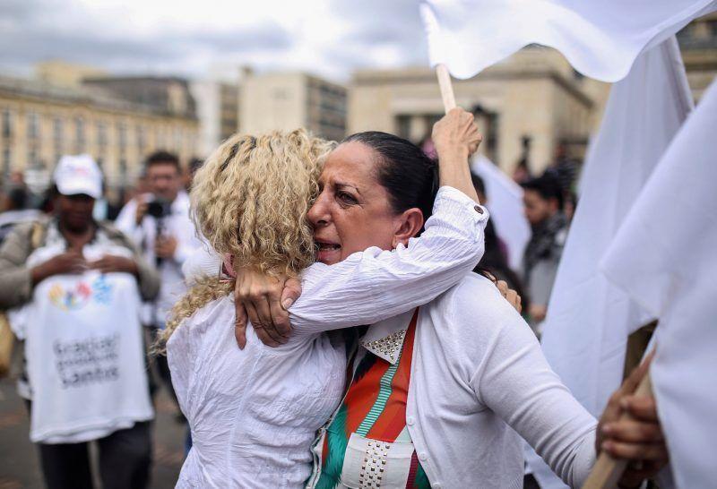 Dos mujeres se abrazan en una manifestación en Bogotá a favor del proceso de paz, el 24 de noviembre de 2016, luego de la firma del acuerdo revisado por parte del presidente Juan Manuel Santos y Rodrigo Londoño, líder de las Fuerzas Armadas Revolucionarias de Colombia. Credit Ivan Valencia/Associated Press