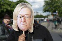 Une manifestante anti-Le Pen porte un masque qui superpose le visage de Marine Le Pen et celui de son père, Jean-Marie Le Pen, à Paris le 1er mai. Zakaria Abdelkafi / AFP Photo ZAKARIA ABDELKAFI. AFP