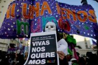 Una mujer participa en una manifestación contra la violencia de género en Argentina el sábado 3 de junio. Los manifestantes demandaron al gobierno detener la escalada de feminicidios y una acción más efectiva del poder judicial. Credit Natacha Pisarenko/Associated Press