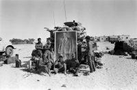 Juin 1967, des soldats israéliens devant le portrait de Nasser dans le désert du Sinaï. Photo Fondation Gilles-Caron. Gamma
