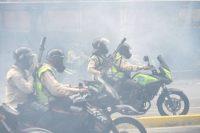 Policías antidisturbios durante una protesta en Caracas contra el régimen de Maduro. LUIS ROBAYO AFP