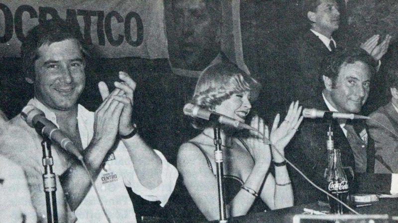 El cantante Mochi, la actriz Bárbara Rey y el actor Arturo Fernández durante una conferencia de prensa mientras seguían la marcha del escrutinio