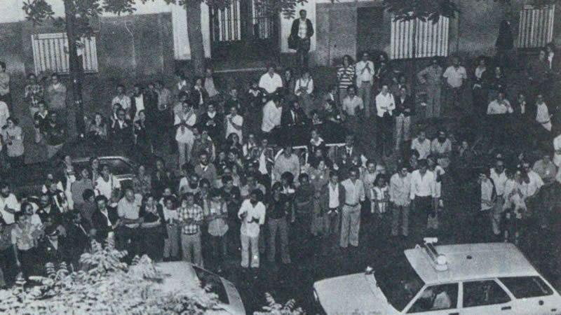Numerosas personas se apiñaron frente al 161 de la calle García Morato de Madrid, donde se encontraban los socialistas