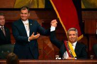 El presidente saliente, Rafael Correa, alzó la mano de su sucesor, Lenín Moreno, en la Asamblea Nacional de Ecuador el 24 de mayo de 2017. Rodrigo Buendia/Agence France-Presse