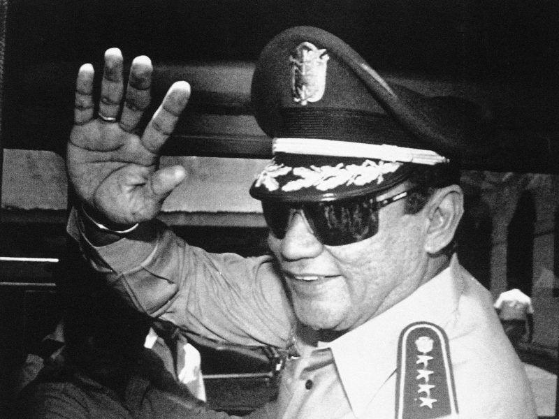 En esta foto del 31 de agosto de 1989, el general Manuel Antonio Noriega saluda a un grupo de periodistas después de una reunión de Consejo de Estado en el palacio de gobierno de Panamá, en la cual anunció el nuevo presidente de su país. Credit Matias Recart/Associated Press