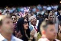 Migrantes recién naturalizados durante una ceremonia para nuevos ciudadanos en Atlanta, en otoño de 2016 Credit David Goldman/Associated Press