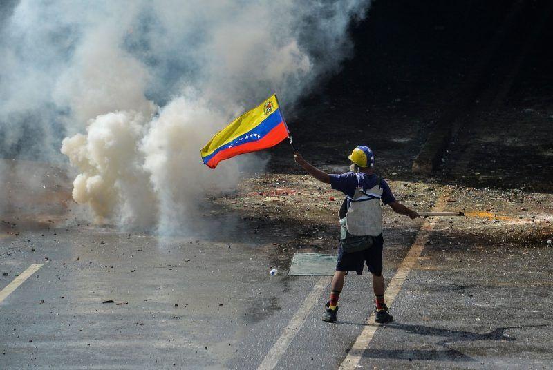 Un manifestante en los enfrentamientos con la policía antidisturbios este mes, en Caracas, Venezuela Credit Luis Robayo / Agence France-Presse - Getty Images