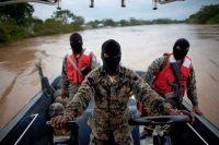 Oficiales navales de Honduras patrullan el río Patuca, cerca de Ahuas, en la región de La Mosquita, el 21 de mayo de 2012. El 11 del mismo mes, en una misión conjunta de Estados Unidos y Honduras, un helicóptero con asistentes de la DEA atacó erróneamente a civiles y asesinó a varios pasajeros del barco fluvial e hirió a otros. Credit Rodrigo Abd / AP Photo