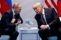 Los presidentes Vladimir Putin, de Rusia, y Donald Trump, de Estados Unidos, conversan durante la cumbre del G20 en Hamburgo, el viernes 7 de julio. Credit Evan Vucci/Associated Press