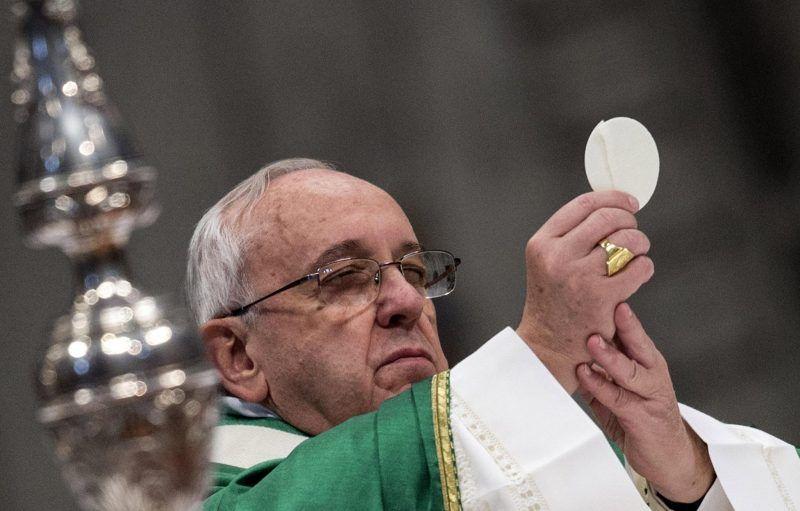 El papa Francisco sostiene una hostia antes de dar la comunión durante una misa en la Basílica de San Pedro, en Ciudad del Vaticano. Credit Massimo Percossi/European Pressphoto Agency