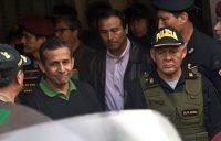 El expresidente de Perú Ollanta Humala es escoltado por policías a la cárcel de Diones, en Lima, donde también está preso el expresidente Alberto Fujimori. Credit Martín Mejía/Associated Press