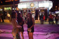 Un grupo de mujeres habla mientras otros bailan y beben en la Plaza del Mercado de Santurce, en el vecindario de Santurce, ubicado en San Juan. Credit Victor J. Blue para The New York Times