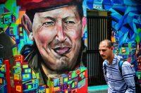 Un hombre pasa junto a un mural dedicado al fallecido presidente de Venezuela, Hugo Chávez, en la urbanización 23 de enero, donde está ubicado el Cuartel de la Montaña, un museo dedicado a Chávez, el 28 de julio en Caracas. Credit Ronaldo Schemidt/Agence France-Presse -- Getty Images