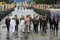 El presidente venezolano Nicolás Maduro a su arribo a un desfile militar, flanqueado por su esposa, Cilia Flores, y por el ministro de la Defensa, Vladimir Padrino López, el 24 de junio de 2017 Credit Reuters