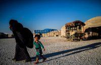 Un niño sirio desplazado y su madre, quienes rodearon el otrora bastión del Estado Islámico de Al Raqa, Siria, para escapar este mes. Credit Bulent Kilic / Agence France-Presse — Getty Images