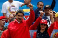 El presidente de Venezuela, Nicolas Maduro y su esposa, Cilia Flores, hacen un aspaviento durante el acto de cierre de la campaña para las elecciones de la Asamblea Constituyente el domingo 30 de julio. La foto fue tomada en Caracas el 27 de julio. Credit Carlos Garcia Rawlins / REUTERS