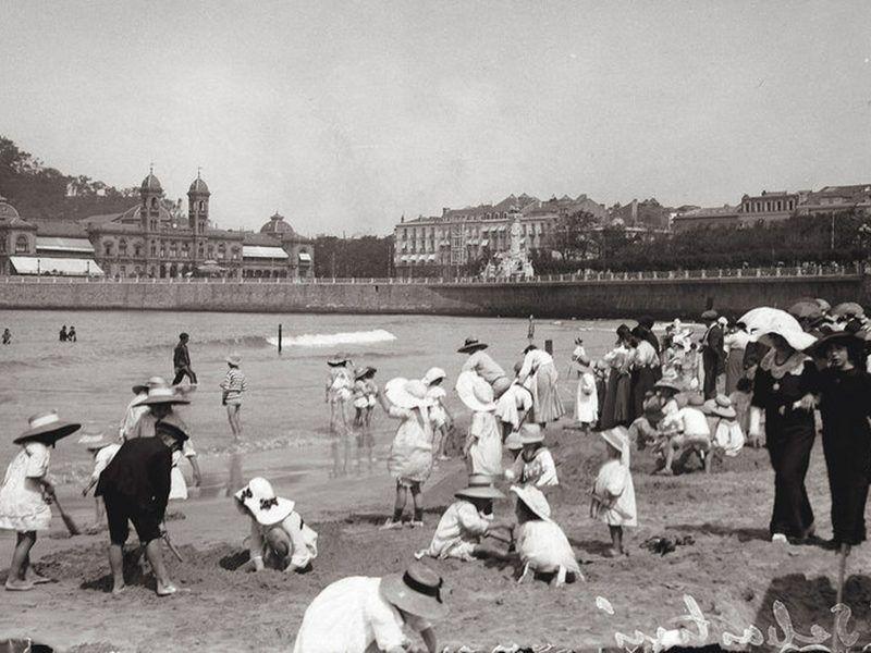 Bañistas disfrutando de la playa de San Sebastián a principios de siglo. GETTY