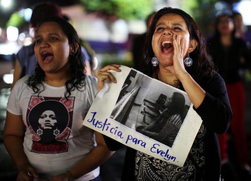 Mujeres participando en una protesta en apoyo de Evelyn Hernández, quien fue sentenciada a 30 años de prisión por un presunto aborto en San Salvador, El Salvador Credit Jose Cabezas/Reuters