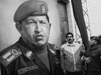 Nicolás Maduro ante un mural de Hugo Chávez (EFE)