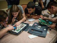 En la sesión más discutida en Def Con, a los hackers se les permitió manipular una serie de máquinas de voto electrónico. Credit Mark Ovaska para The New York Times