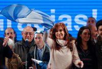 La expresidenta de Argentina, Cristina Fernández de Kirchner, ondea la bandera nacional después de conocer el resultado de las elecciones primarias del 14 de agosto. Fernández de Kirchner resultó ganadora por un porcentaje mínimo frente al candidato de Cambiemos, Esteban Bullrich. David Fernandez/European Pressphoto Agency