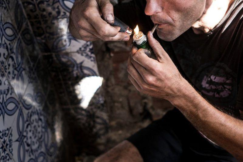 Miguel Fonseca fumando cocaína en Lisboa, donde la posesión de pequeñas cantidades de droga es un delito menor. Credit Daniel Rodrigues para The New York Times