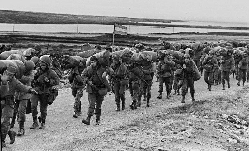 Un grupo de soldados argentinos marchan para ocupar la base de la Marina Real británica en Puerto Argentino/Port Stanley, pocos días después de la toma de las Malvinas por el ejército argentino, el 13 de abril de 1982 Credit Daniel Garcia/Agence France-Presse -- Getty Images