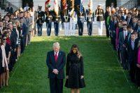 El presidente Donald Trump junto a su esposa, Melania, durante una ceremonia celebrada en la Casa Blanca en conmemoración de las víctimas del ataque terrorista del 11 de septiembre de 2001. Credit Doug Mills/The New York Times