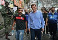 El alcalde de Río de Janeiro, Marcelo Crivella, camina por las calles Rocinha, el 27 de septiembre, tras el despliegue de 950 soldados para reforzar la presencia policial en la mayor favela de Brasil. Credit CARL DE SOUZACARL DE SOUZA/AFP/Getty Images