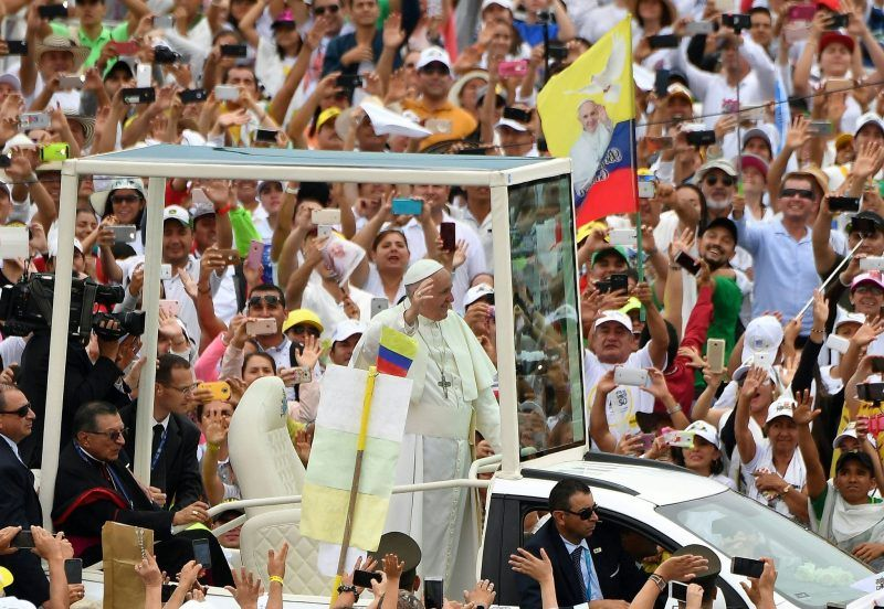 El papa Francisco I saluda a la multitud a su arribo en el papamóvil a una misa al aire libre en Villavicencio, Colombia, el 8 de septiembre de 2017. En su homilía urgió a los colombianos a no buscar venganza. Credit Alberto Pizzoli / AF