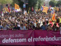 Miles de estudiantes, durante la manifestación de este jueves en Barcelona. Quique García EFE