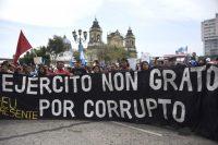 Un grupo de manifestantes exige la renuncia del presidente guatemalteco Jimmy Morales después de que el congreso rechazara el pedido de un la CICIG de suspender su inmunidad para procesarlo por cargos de corrupción, el 15 de septiembre en Ciudad de Guatemala. Credit Johan Ordoñez/Agence France-Presse -- Getty Images