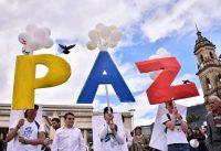 Un grupo de manifestantes celebra el acuerdo de paz en Colombia en la Plaza Bolívar de Bogotá, el 26 de septiembre de 2016. Credit Guillermo Legaria/Agence France-Presse -- Getty Images