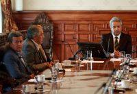Pedro Beltrán, a la izquierda, representante de la delegación del Ejército de Liberación Nacional de Colombia, y Juan Meriguet, segundo a la izquierda, delegado del gobierno ecuatoriano, sostienen una reunión con el presidente Lenín Moreno, en Quito, el 28 de agosto de 2017. Credit Daniel Tapia / REUTERS