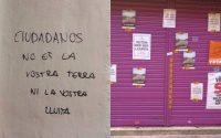 Pintadas y carteles, colocados por los independentistas en el negocio de los padres de Albert Rivera