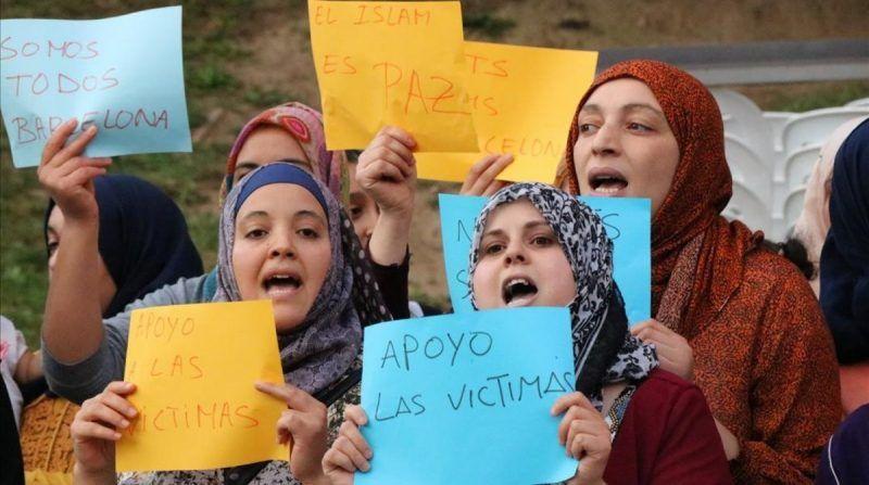 Mujeres musulmanas se manifiestan en Ripoll en repulsa por el atentado, el día 20.