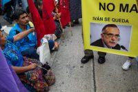 """Guatemaltecos se manifiestan a favor de Iván Velásquez, comisionado de la CICIG, el 26 de agosto, un día antes de que el presidente lo declarara """"persona non grata"""". Credit Moises Castillo/Associated Press"""