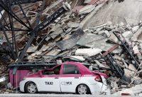 Un taxi destruido junto a un edificio derrumbado luego del terremoto que azotó a Ciudad de México, el 19 de septiembre de 2017. Credit Ginnette Riquelme / Reuters