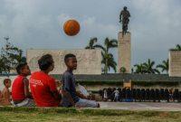De jeunes Cubains jouent près du mausolée de Che Guevara, à Santa Clara à Cuba, le 29 septembre 2017. Photo YAMIL LAGE. AFP