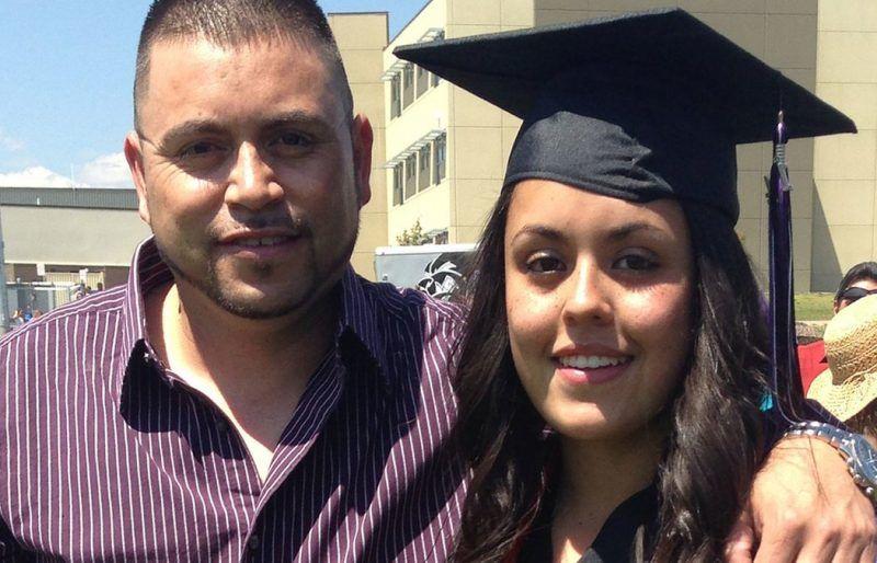 La autora con su padre en su graduación de bachillerato en 2014 Credit Cortesía de Viviana Andazola Marquez