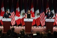 Los representantes en la renegociación de México, Ildefonso Guajardo; Canadá, Chrystia Freeland, y Estados Unidos, Robert Lighthizer, durante una conferencia el 27 de septiembre. Credit Lars Hagberg/Agence France-Presse — Getty Images
